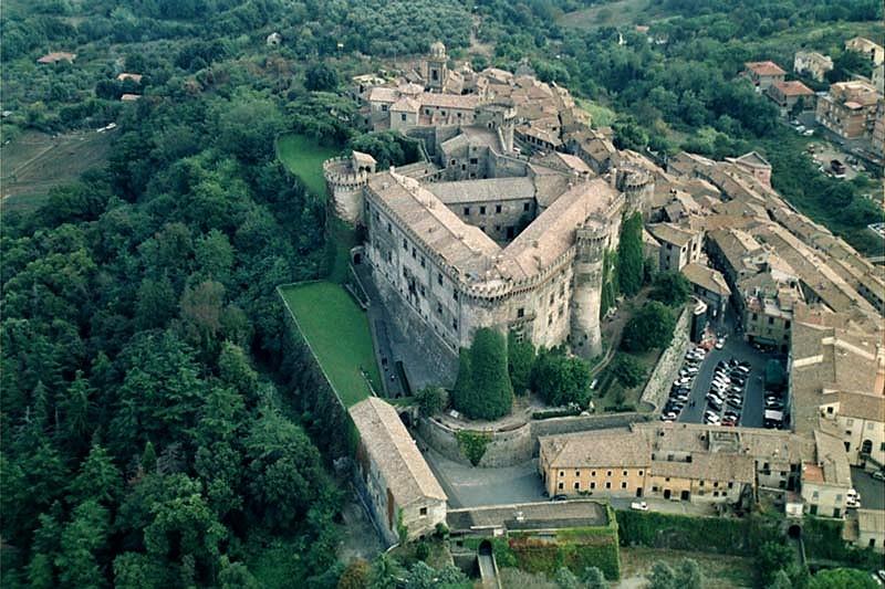 il-castello-di-bracciano-e-il-borgo-medievale